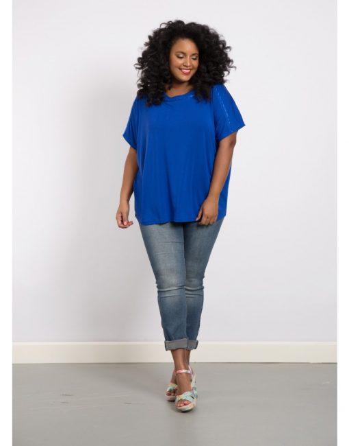 Delma, kobaltblauw shirt met afwerking op de schouder